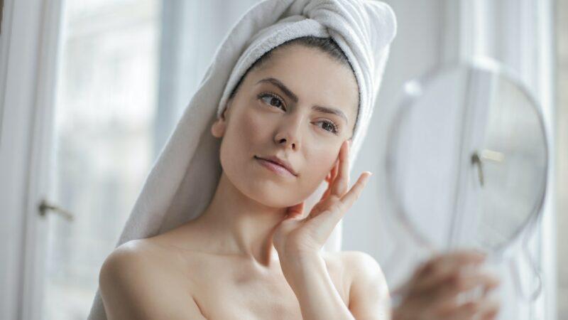 Démaquillant, masques : faut-il nettoyer le visage après ?